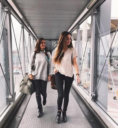 amigas que se van de viaje con bolsos Bowaca